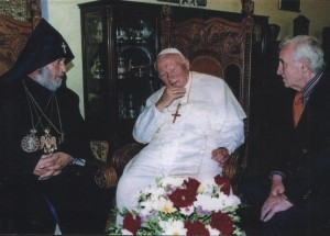 36 - Św. Jan Paweł II z katolikosem Gareginem II i Charlesem Aznavourem w Eczmiadzynie - 27 września 2001 r.