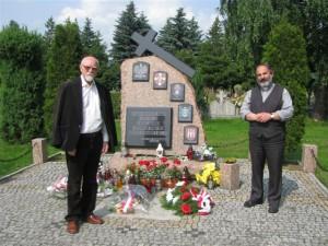 18 - Pisarz Stanisław Srokowski przed pomnikiem Kresowian w Dzierżoniowie -14 lipca 2013 r.