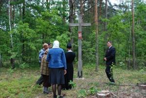 4. Poświęcenie odnowionego krzyża, dwu osobowy chór śpiewa pieśń