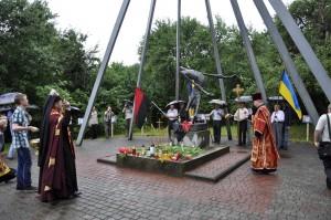 Władyka Jarosław święci pomnik ofiar