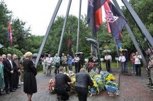 banderowska sceneria wokół pomnika ofiar zbrodni NKWD w Salinie