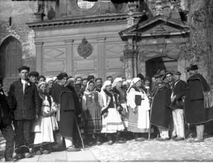 Huculi przed Kaplicą Zygmuntowską na Wawelu, 1934